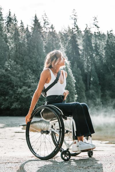 Frau im Rollstuhl im Wald